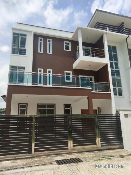 Pictures of 3 storey Semi-detached house up for sale at Jalan Kiarong !